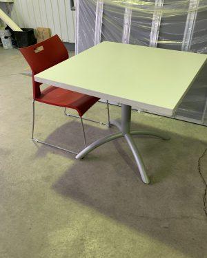 """Table 36"""" x 36"""" en blanc et base de métal gris,"""